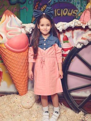 שמלת כותנה וורודה בשילוב ג'סקה ג'ינס